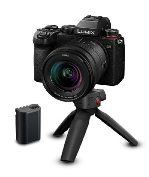 Panasonic Lumix S5 + S 20-60mm lens Content Creator Kit